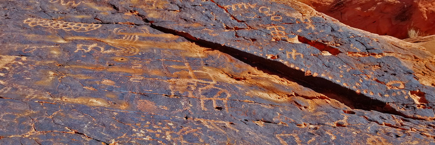 Petroglyphs on Mouse's Tank Trail in Valley of Fire State Park, Nevada, Slide 6
